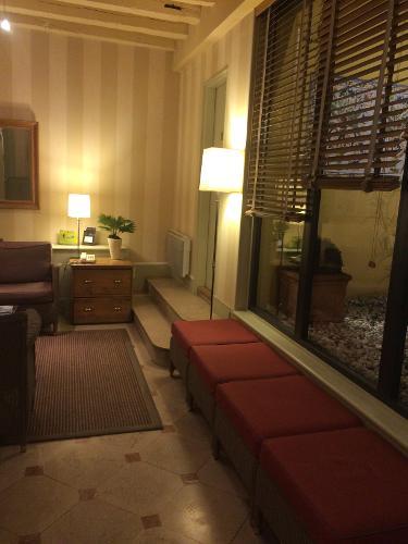 Book h tel des deux iles paris france for Seven hotel paris booking